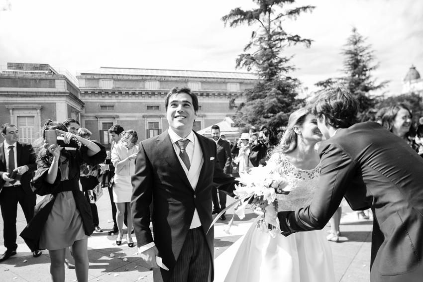 Los invitados felicitan a los novios. Fotógrafo profesional en Madrid