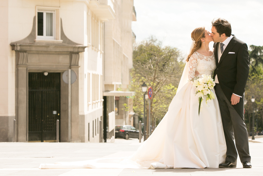 Los novios besándose. Reportaje de boda en el Casino de Madrid