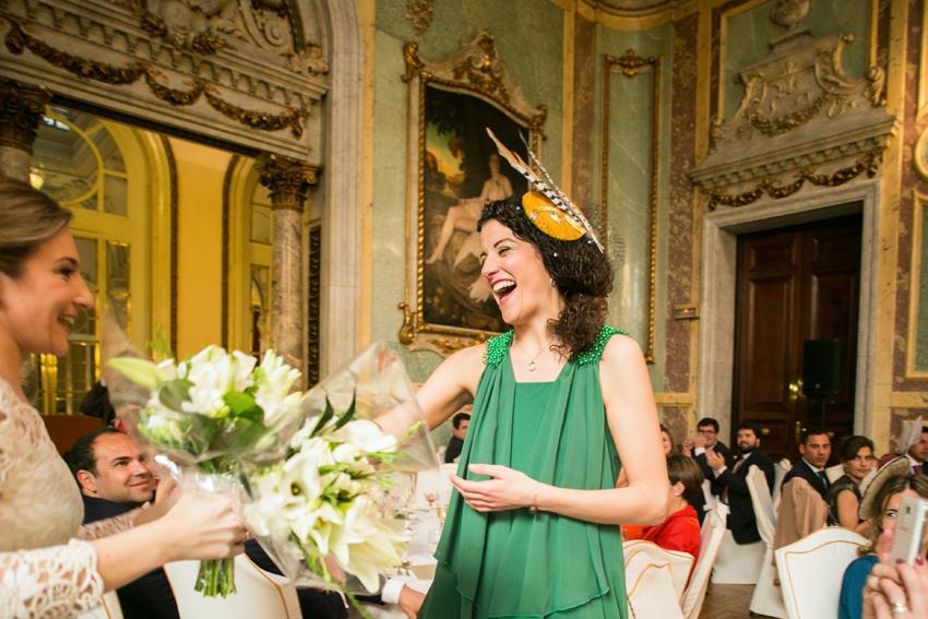 La novia entregando el ramo. Fotos de bodas en Madrid