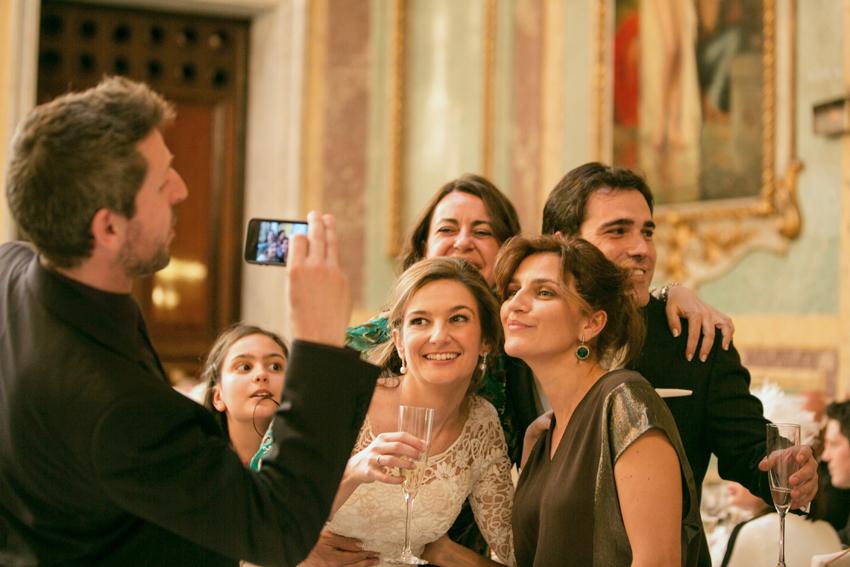 La novia se fotografía con los invitados. Fotos originales de boda en Madrid