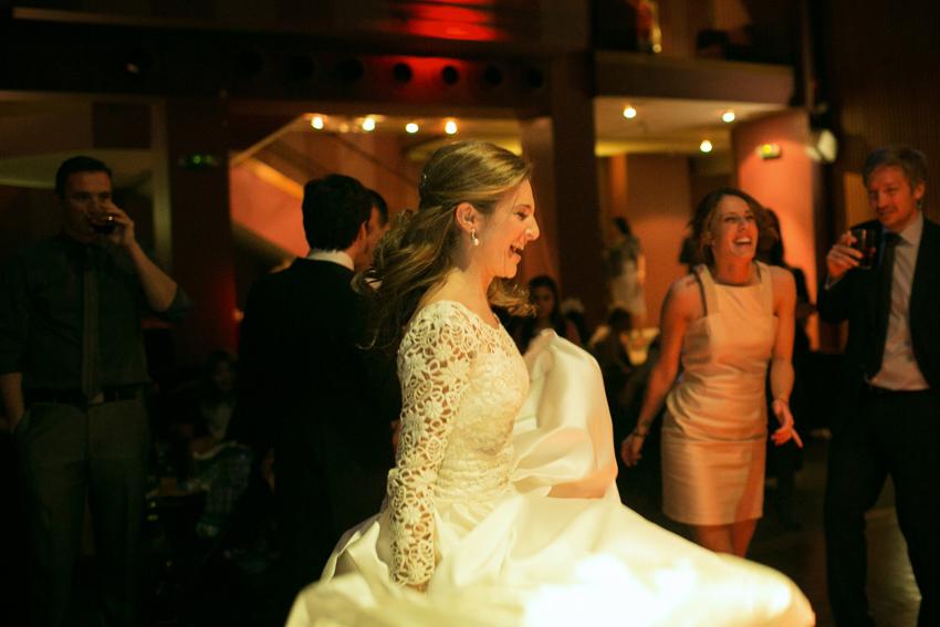 La novia se divierte bailando durante la celebración. Fotógrafo de bodas en Madrid