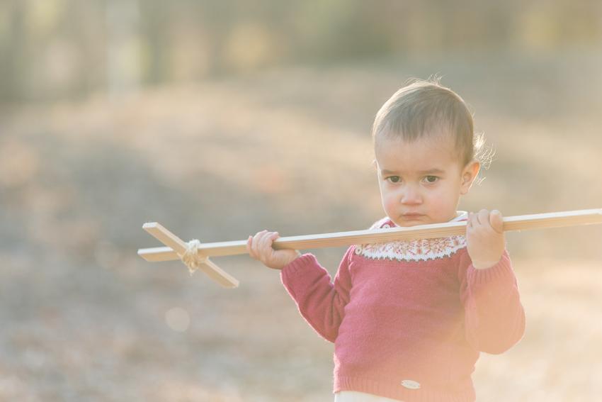 Jacobo con la espada de madera. Fotos de niños