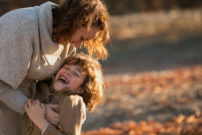 Alonso se rie con su madre. Reportaje fotográfico infantil