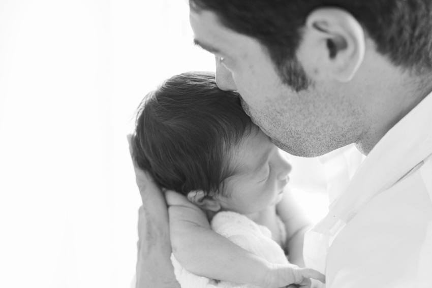 El padre besa cariñosamente a su hijo. Kutxi pacheco fotografía