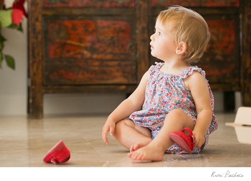 Lola sentada en el suelo. Kutxi Pacheco