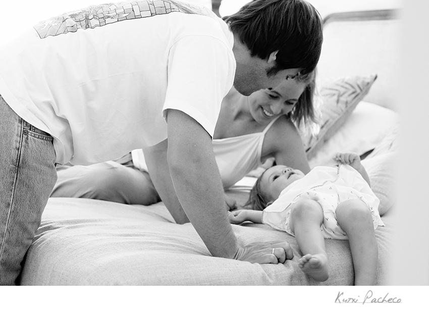 Lola juega con sus padres. Kutxi Pacheco