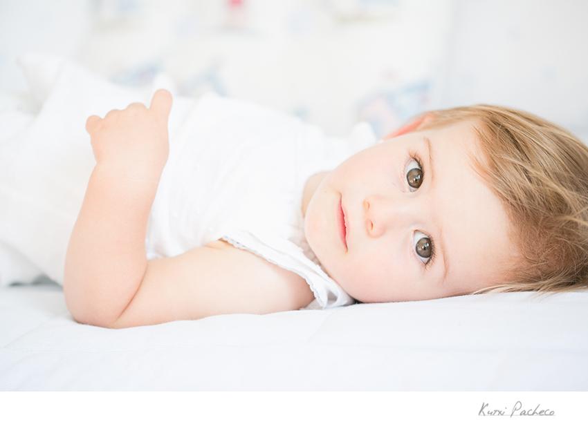 Lola tumbada en la cama. Kutxi Pacheco