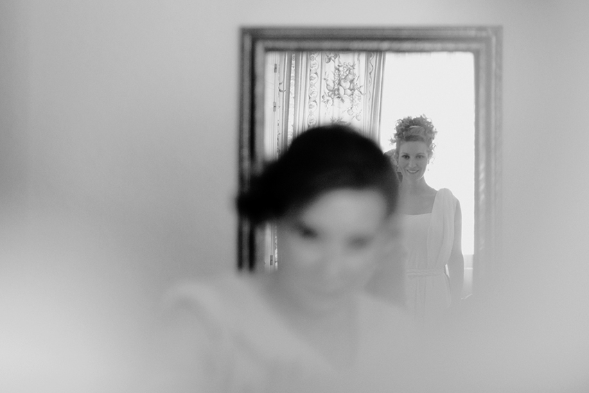 Imagen de la novia delante del espejo. Fotos originales de boda
