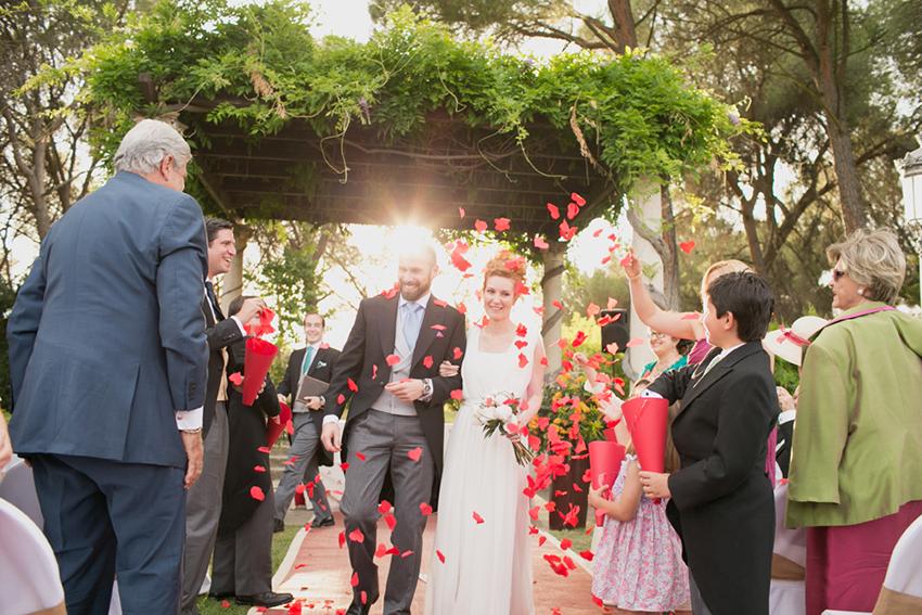 Detalle de los novios al terminar la boda