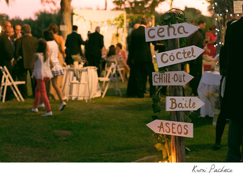 Carteles originales en boda al aire libre. Kutxi Pacheco Fotografia