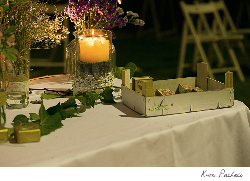 Elementos decorativos en boda al aire libre. Kutxi Pacheco Fotografia