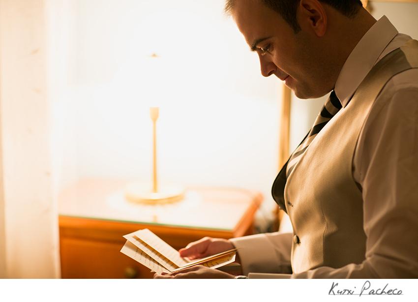 El novio leyendo la carta. Boda romántica