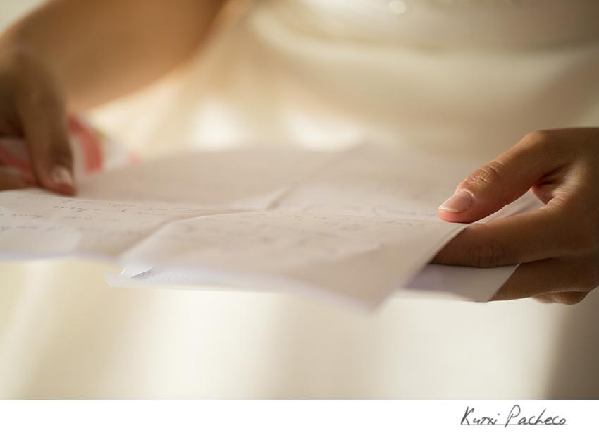 La novia leyendo su carta. Boda romántica