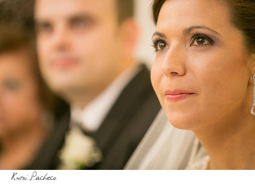 Primer plano de la novia en la ceremonia. Boda en la encomienda