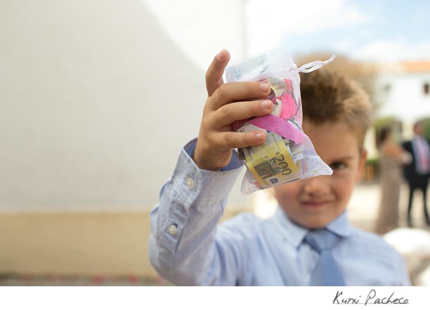 Niño con un regalo. Fotos de boda