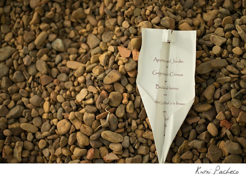 Avión de papel hecho con el menú. Fotos de boda