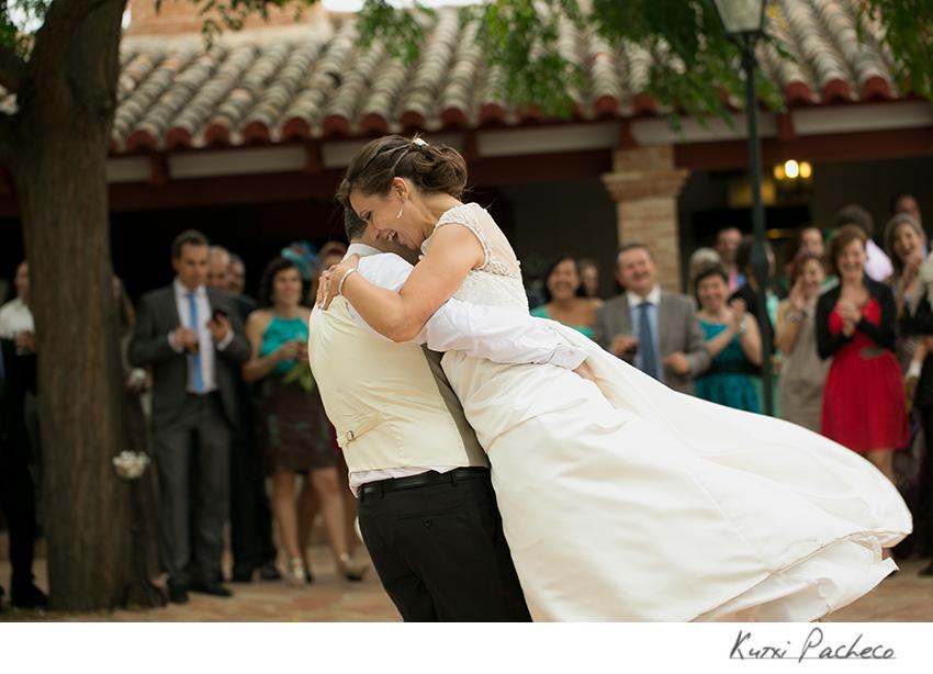 Los novios bailando. Boda romántica en la encomienda