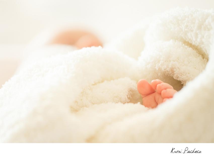 Primer plano pies de bebé - Kutxi, fotógrafo de bebés en Madrid