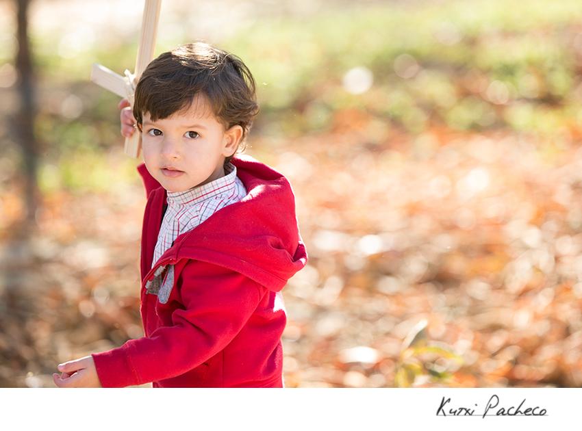 Pablo con una espada de madera. Fotos otoñales