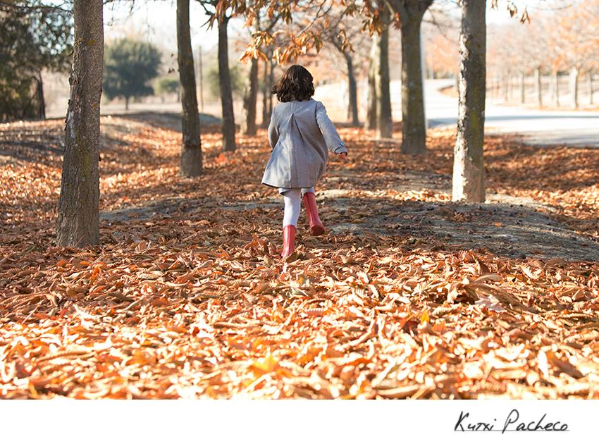 Niño corriendo entre las hojas. Fotos de Otoño
