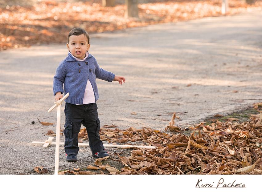 Foto de Otoño con niño con espada de madera. Kutxi Pacheco Fotografía