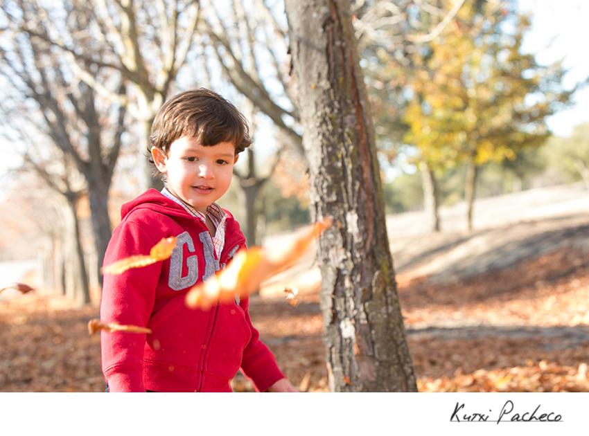 Pablo mirándo las hojas. Fotos otoñales