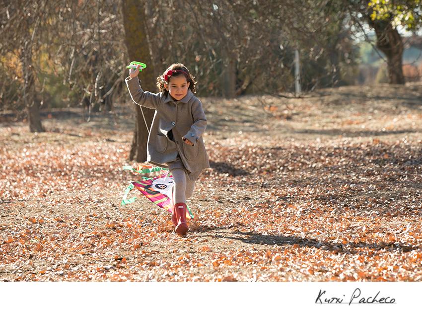 Niño corriendo con su cometa. Fotos de niños
