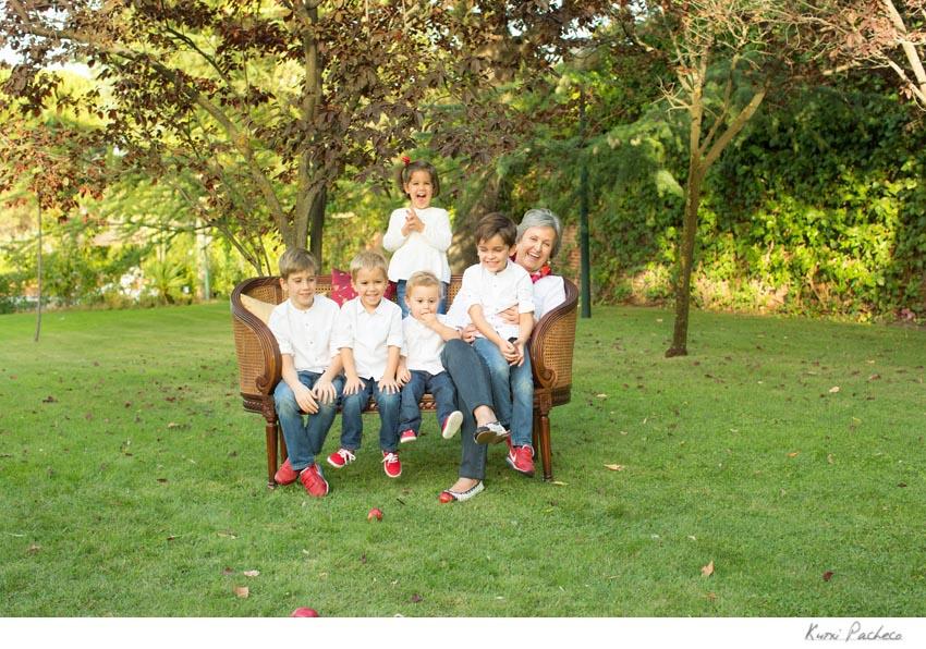 La familia sentada en el banco. Kutxi Pacheco Fotografía