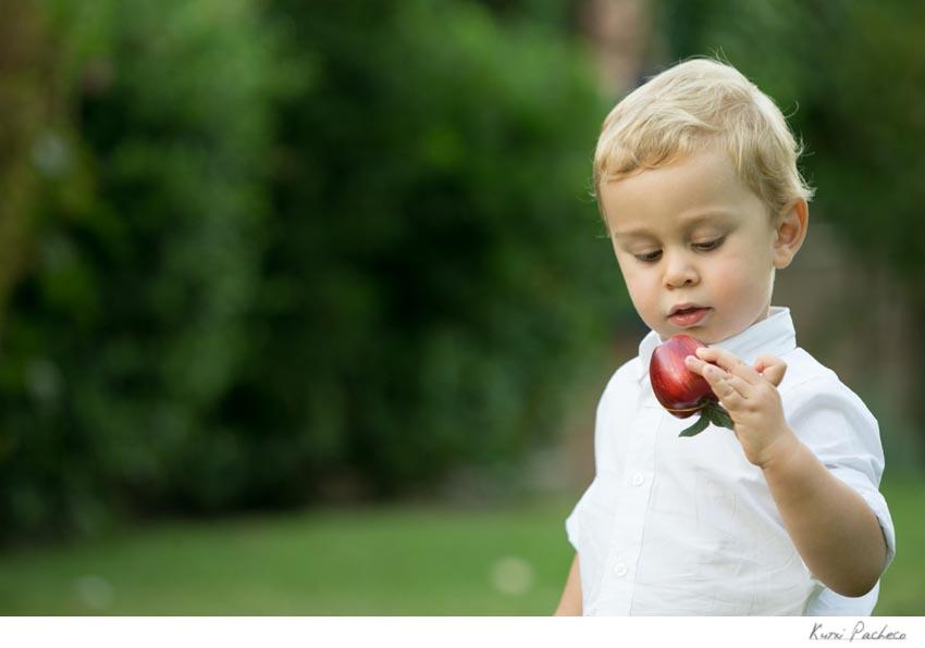 Foto de uno de los niños con una manzana. Kutxi Pacheco Fotografía