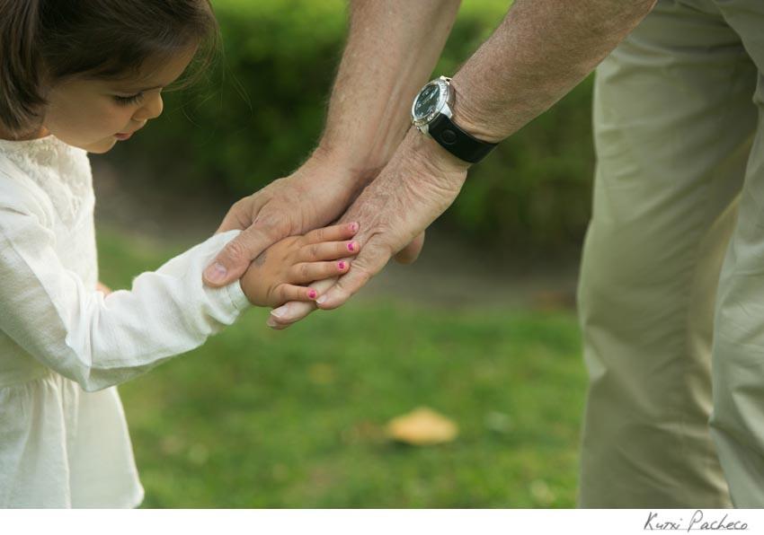 El abuelo coge las manos de su nieta. Kutxi Pacheco, fotógrafo de familias