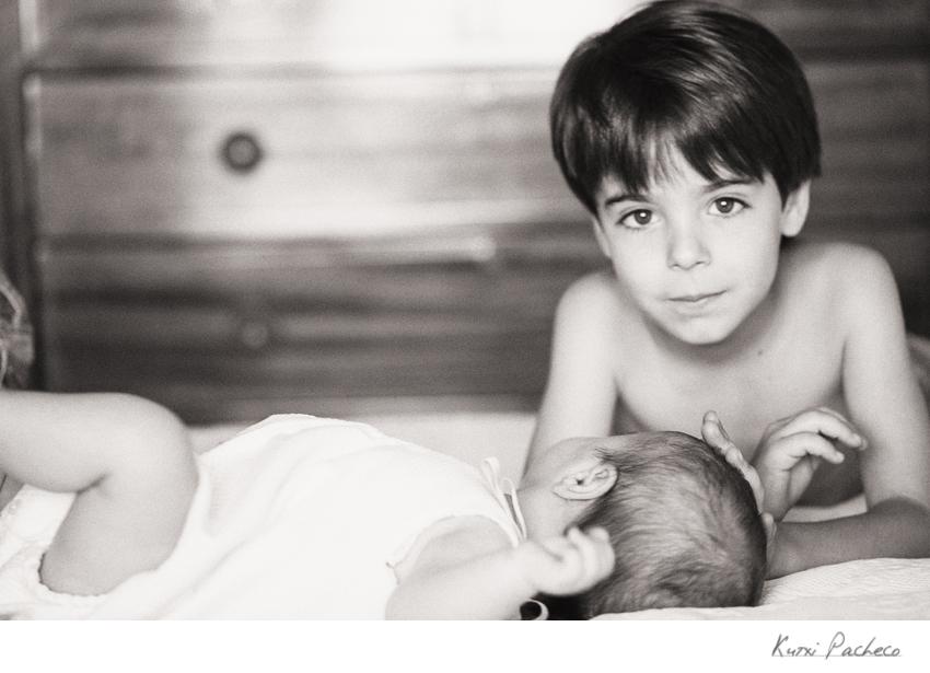 Foto de niños en blanco y negro. Fotógrafo infantil en Madrid
