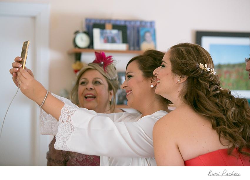 La novia se hace un selfie con su madre y su hermana