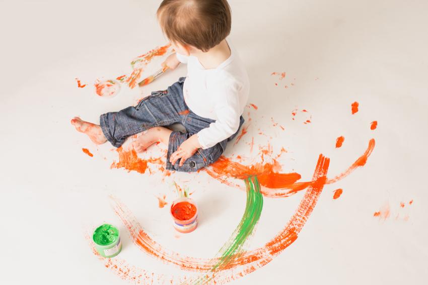 Maxime pintando en el suelo. Fotos artísticas