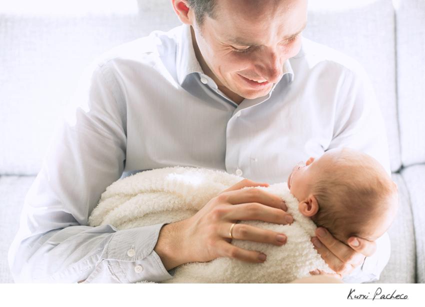 Padre feliz con su bebé recien nacido - Kutxi, fotógrafo de bebés en Madrid