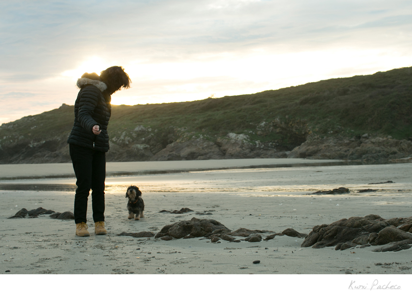 Kutxi Pacheco con perro en la playa. Reportaje fotogáfico de la Costa de la Muerte