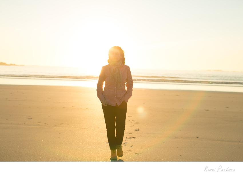 Kutxi Pacheco caminando por la playa. Fotos de la Costa de la Muerte