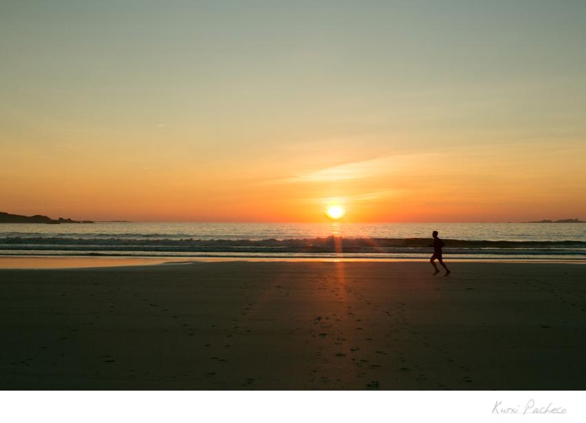 Puesta de sol en la playa. Fotografía de la Costa de la Muerte