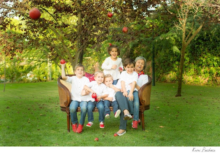 Los niños tiran manzanas. Reportaje familiar en Madrid