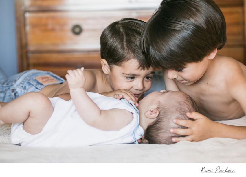Diego y Álvaro juegan con su hermano. Reportaje infantil de Kutxi Pacheco