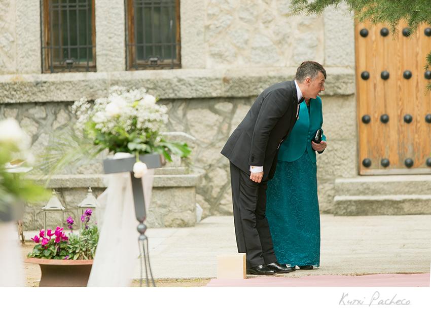 El novio llega del brazo de su madre. Fotografía de boda en Ávila