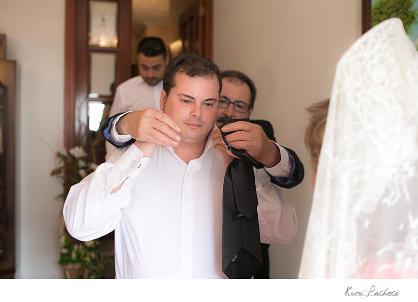 Novio preparándose para la boda