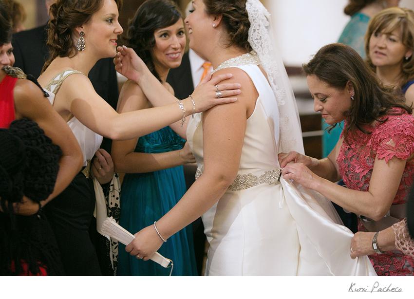 La novia habla con los invitados durante la ceremonia