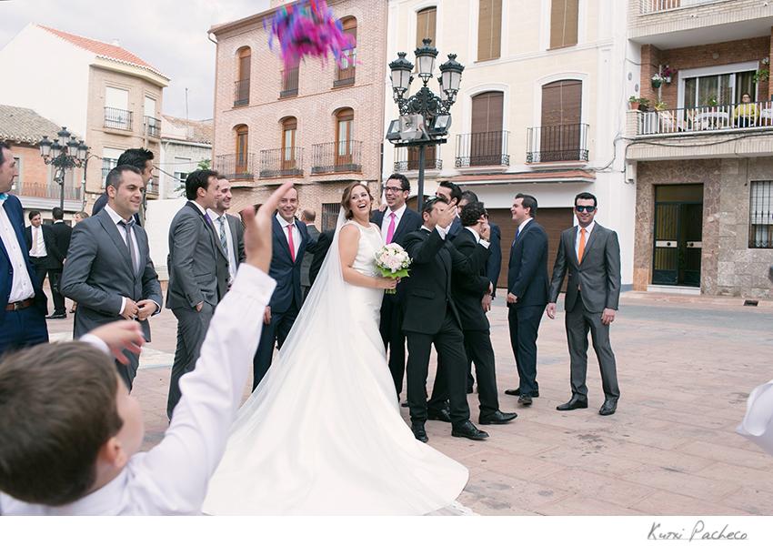 Imagen de los novios a la salida de la iglesia en Almodóvar del Campo